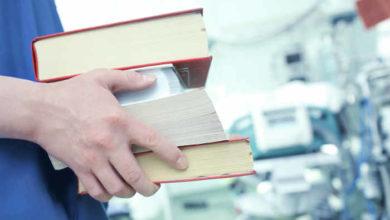 Infermiere con libri